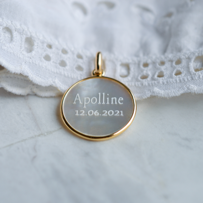 Médaille de baptême Vierge en prière en nacre et or jaune 18 carats