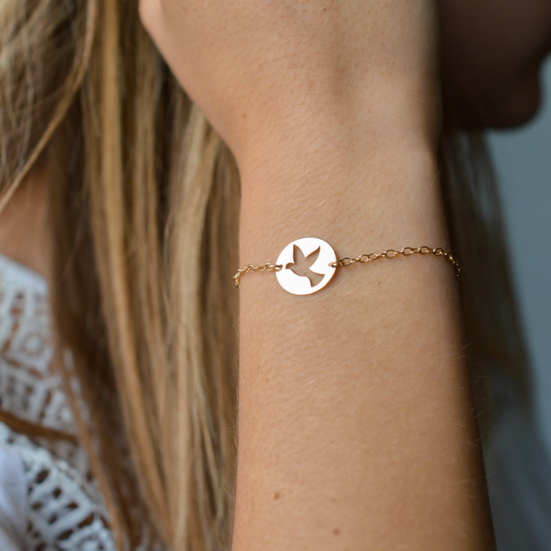 Bracelet enfant symbole de la colombe ajourée en or jaune 18 carats