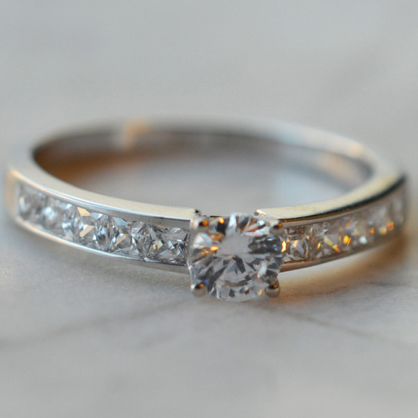 Solitaire Diva en diamants 0,40 carats et or blanc