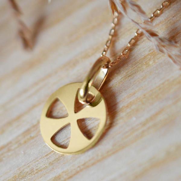 Mini pendentif croix vitrail en or jaune 18 carats