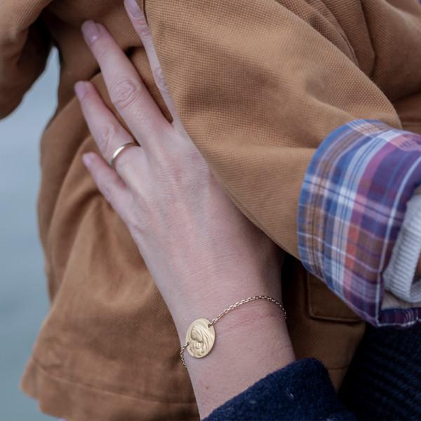 Bracelet médaille Vierge à l'enfant rayonnant 18 carats 3.65gr